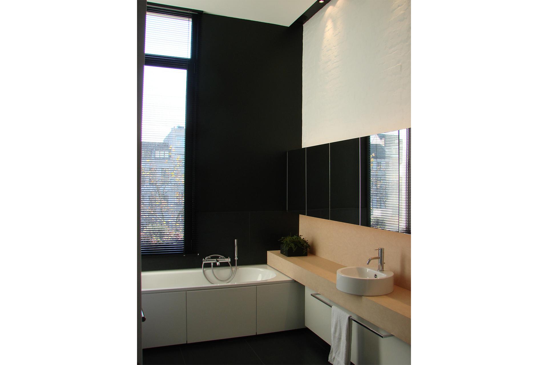 Moderne Badkamer Spiegel ~ klassiek interieur lambrisering ...